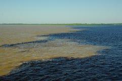 De wateren van Rio Negro en Rio Solimoes-trekken de mengeling van ` aan t Royalty-vrije Stock Foto