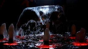 De waterfontein is verlichte afwisselend kleur stock footage