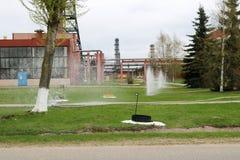 De waterfonteinen raken de grond bij een chemisch product, petrochemische olieraffinaderij, stock foto