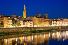 De waterkant van de Arnorivier in de avondmening van Florence royalty-vrije stock afbeelding