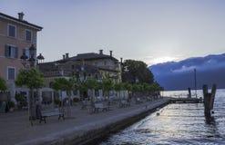 De waterkant van Gargnano in de vroege ochtend stock foto's