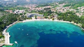 De waterkant van het Dubrovnikgebied in de luchtmening van Mlini en van Srebreno, kustlijn van Dalmatië, Kroatië stock video