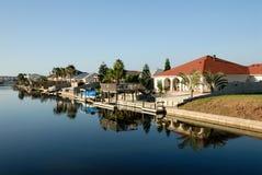 De waterkant van huizen, het Eiland van de Aalmoezenier, zuidelijk Texas Royalty-vrije Stock Afbeeldingen