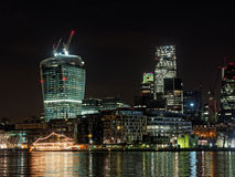 De waterkant van Londen Theems bij nacht, december 2013 Stock Foto's