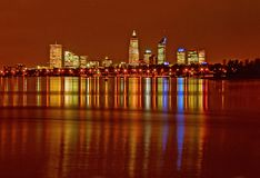 De waterkant van Perth met cityline in afstand Royalty-vrije Stock Fotografie