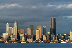 De waterkant van Seattle bij zonsondergang stock fotografie