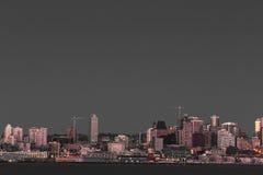 De waterkant van Seattle en de stad in Stock Foto