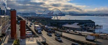 De waterkant van Seattle met Groot Wiel en Puget Sound op een bewolkte dag stock fotografie