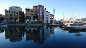 De waterkant van Tivat in Montenegro met moderne gebouwen en jachten Stock Fotografie