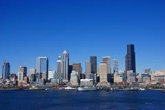 De waterkanthorizon van Seattle, met veerboot Stock Foto's