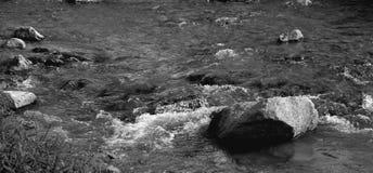 De waterkracht in een bergrivier royalty-vrije stock foto