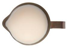 De waterkruik van het roestvrij staal met melk stock afbeelding