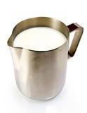 De waterkruik van het roestvrij staal met melk royalty-vrije stock fotografie
