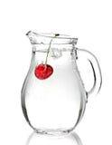 De waterkruik van het water met rode kers Stock Foto's