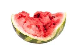 De watermeloen half met barsten op een witte achtergrond isoleerde dicht omhoog stock afbeelding