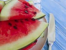 De watermeloen snijdt natuurlijke, voedzame yummy versheids zoete zomer op een blauwe houten achtergrond royalty-vrije stock foto