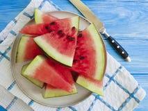 De watermeloen snijdt de natuurlijke, voedzame yummy zoete zomer van de handdoekversheid op een blauwe houten achtergrond stock fotografie