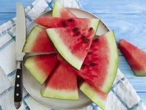 De watermeloen snijdt zoete zomer van de natuurlijke, plaat de organische yummy versheid op een blauwe houten achtergrond royalty-vrije stock afbeelding