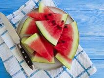 De watermeloen snijdt zoete zomer van de natuurlijke, plaat de voedzame yummy versheid op een blauwe houten achtergrond stock foto's