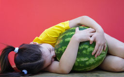 De watermeloen van meisjesomhelzingen Stock Afbeeldingen