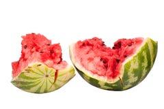De watermeloenhelften met barsten op een witte achtergrond isoleerden dicht omhoog stock afbeelding