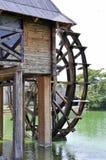 De watermolen van het waterwiel uitstekende machines in gebruik stock afbeeldingen