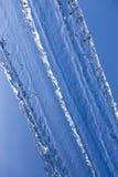 De watermotie freezed in de blauwe hemel stock foto's