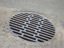 De waterpijp trekt verontreinigingswater van stadsriolering terug Royalty-vrije Stock Foto's