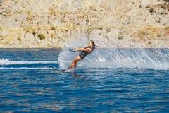 De waterskien glijdt op de golven, vrouwelijke atleet op Egeïsche Overzees, Griekenland Royalty-vrije Stock Afbeeldingen