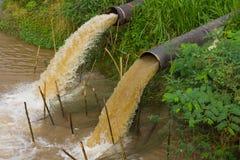 De waterstroom houdt riool tegen stock afbeeldingen