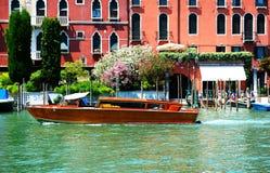 De watertaxi met toeristen is op Grand Canal Stock Foto's