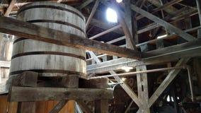 De watertoren in een zaagmolen met spinnewebben als zonlicht glanst door royalty-vrije stock fotografie