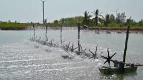 De waterturbines worden gebruikt om zuurstof in video Langzame motie 120 te verhogen van aquicultuurvijvers kader stock videobeelden