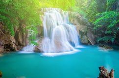 De waterval bij diep tropisch bos Royalty-vrije Stock Foto