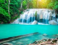 De waterval bij diep tropisch regenwoud Stock Afbeeldingen