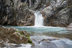 De Waterval: Blauwe Pool, in Bulgarije, Europa Stock Afbeelding