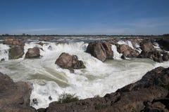 De waterval en de stroomversnelling van Preahnimith op de Mekong rivier op het binnen droge seizoen stock foto's