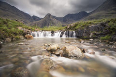De waterval in Fee voegt rotsachtige stroom op Eiland van Skye samen Stock Afbeelding