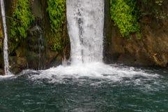 De waterval in het bos, het valt in het meer Close-up royalty-vrije stock foto