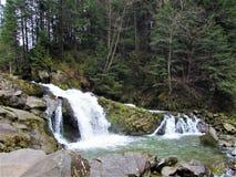 De waterval Kamenka is een waterval op van dezelfde naamrivier Kamenka Royalty-vrije Stock Afbeelding