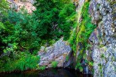 De waterval in Manteigas-Stad, Serra da Estrela of de Berg van Ster in Portugal geroepen Poco doen Vuurhaard of Helkuil royalty-vrije stock fotografie