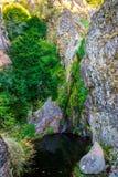 De waterval in Manteigas-Stad, Serra da Estrela of de Berg van Ster in Portugal geroepen Poco doen Vuurhaard of Helkuil stock fotografie