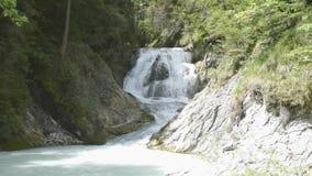 De waterval in Obernachkanal stock videobeelden