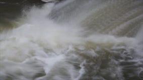 De waterval op de rivier is één van de grootste watervallen met reusachtige watercapaciteit Close-up van water wordt geschoten da stock video