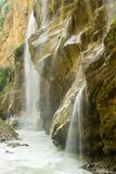 De waterval over graniet schommelt snelle waterstroom stock afbeelding