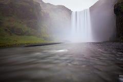 De waterval Skogafoss van IJsland in Ijslands aardlandschap Beroemde toeristische attracties en oriëntatiepuntenbestemming in Ijs royalty-vrije stock foto