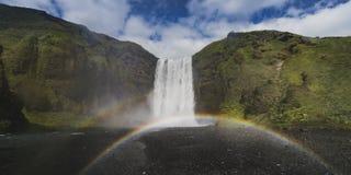 De waterval Skogafoss van IJsland in Ijslands aardlandschap in de zomertijd stock afbeelding