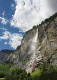 De waterval van de berg bij de Zwitserse Alpen Stock Afbeeldingen