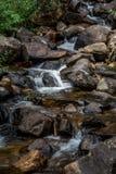 De waterval van de bergstroom over rotsen Royalty-vrije Stock Fotografie