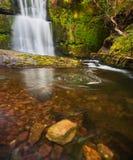 De waterval van de lente in Brecon Bakens, Wales royalty-vrije stock foto's